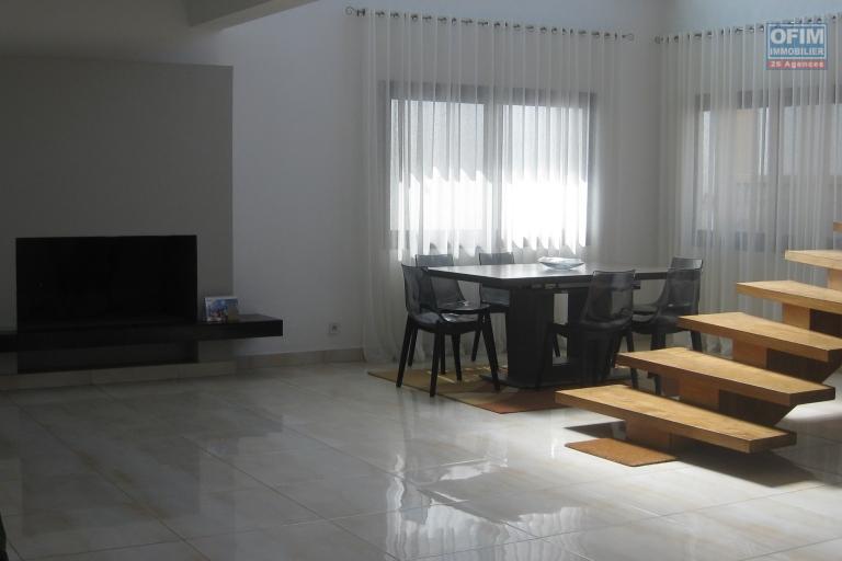 A louer une villa semi meublée , bien sécurisée et de haut standing F6  avec piscine dans un endroit calme à Talatamaty