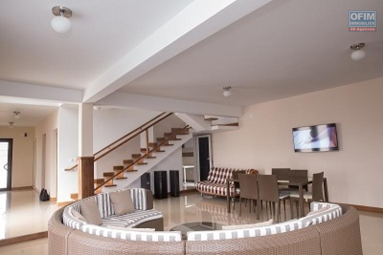 A louer une villa meublée à étage de haut standing type F5 équipée fibre optique et canal sat sise à Ankadindravola Ivato, proche de la nouvelle école primaire Allemande et l'aéroport intérnational