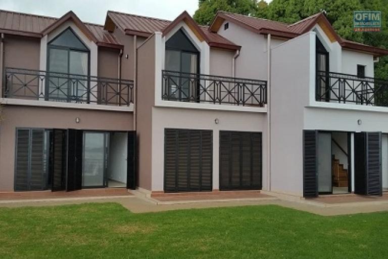 A saisir 3 appartements meublés en duplex fraîchement construites en location dans une résidence bien sécurisée bord du lac sis à Ambohibao à 3 mn de l'école primaire française C.
