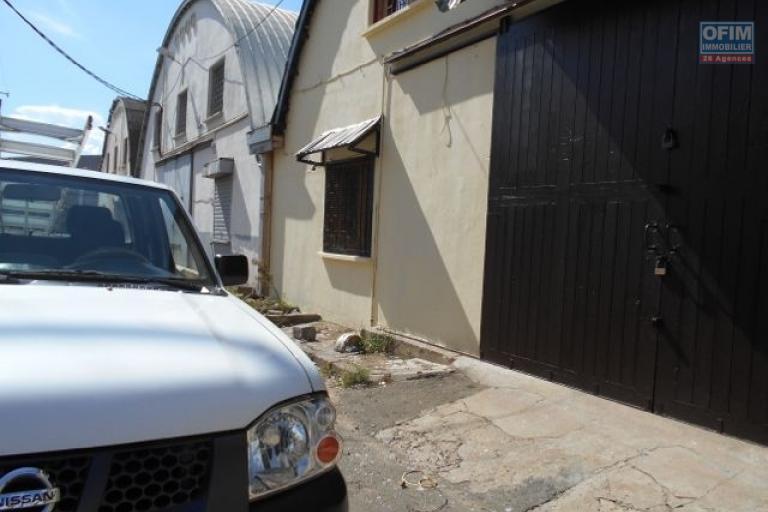 OFIm offre en location un entrepôt de 600m2 avec mezzanine dans la zone Forello Tanjombato