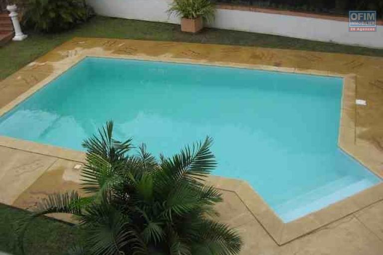 A louer une villa à étage F9 avec piscine se trouvant au bord de route à Ambohibao Ambohijanahary
