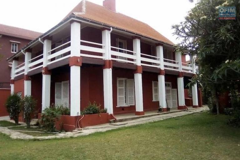 A louer une belle villa à étage traditionnelle F7 rénovée se trouvant au bord de route et dans un quartier résidentiel à Faravohitra