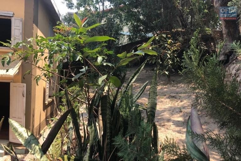 A vendre villa F5 bien placé bord de route Manakambahiny Tsimbazaza