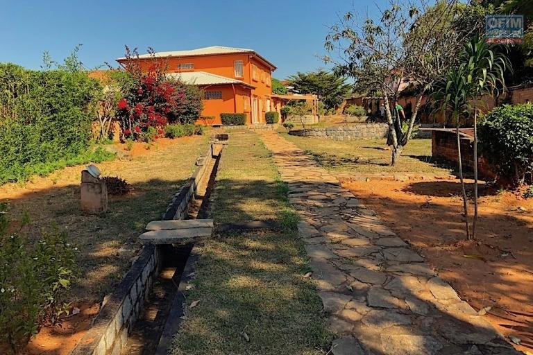 A vendre charmante villa avec un immense jardin de 3000 m2 dans le beau quartier d'ivato