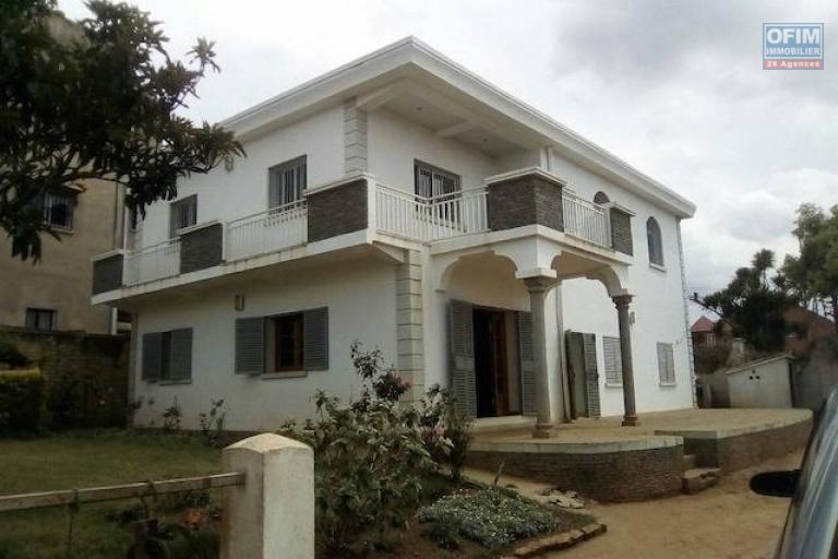 A louer un appartement T4 à l'étage d'une belle villa logée dans un endroit calme et bon voisinage à Andoharanofotsy