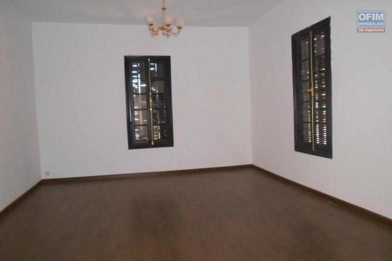 A louer une maison F6 à usage mixte à Antaninandro Faravohitra Antananarivo