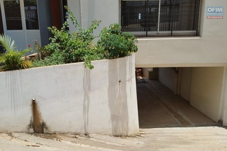 A louer un local commercial 110 m² neuf au rez-de-chaussée d'un immeuble de R+3 bord de route principale vers l'aéroport d'Ivato