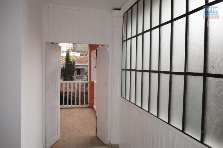 OFIM offre en location une villa F6 à 5mn du centre ville à Ampandrana