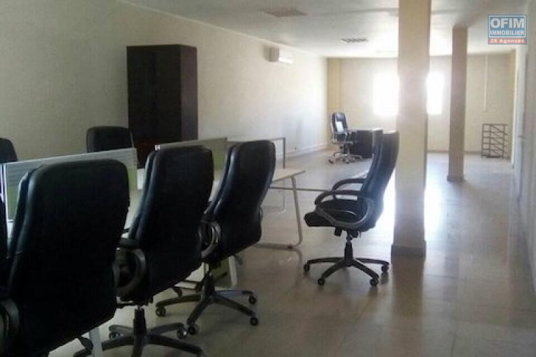 A louer un local de 400m2 sur deux niveaux idéal pour usage bureautique ou commercial au bord de route  à Anosivavaka