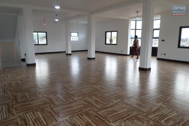Bâtiment neuf et moderne de 4 étages en location à Ankadindramamy avec une vue panoramique en 360° au dernier étage