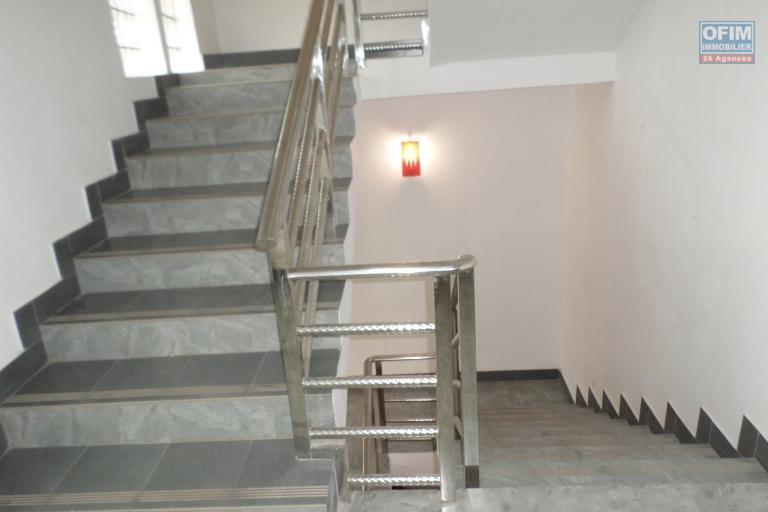 Bâtiment neuf et moderne de 4 étages en location avec une vue en 360°