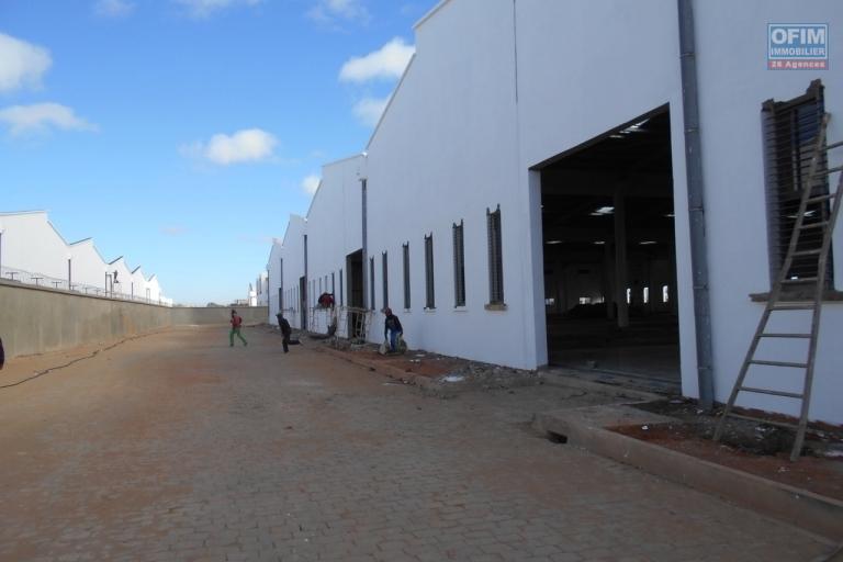 OFIM offre en location un entrepôt neuf de 5000m2 à Anosizato