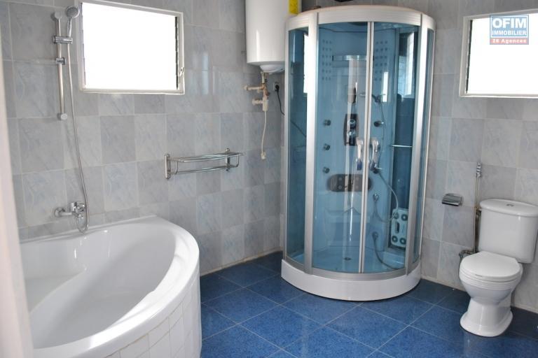 A louer une belle villa à étage F5 dans un endroit calme et facile d'accès à Ambatolampy Ambohibao