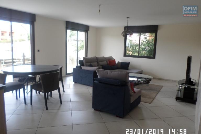 Appartement T 3 meublé en location dans une résidence d'Ivandry, calme et sécurisée. - Le salon
