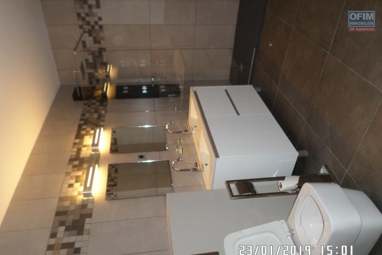 Appartement T 3 meublé en location dans une résidence d'Ivandry, calme et sécurisée. - Salle d'eau