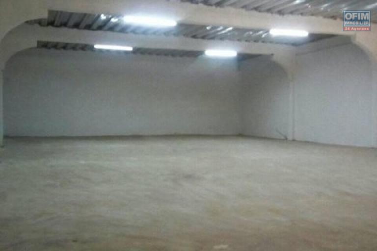 A louer un entrepôt de 600m2 dans une zone sécurisée et facile d'accès à Anosizato