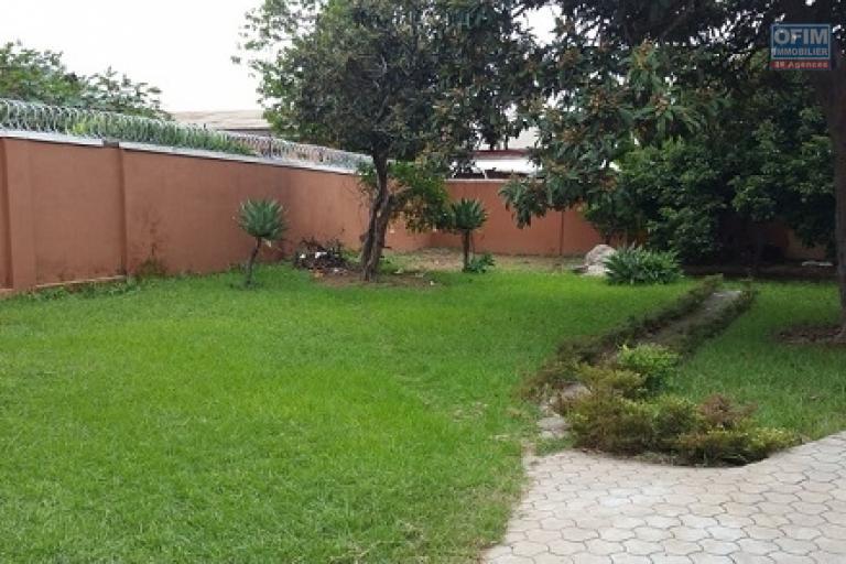 A louer une belle villa à étage de type F5, dans le quartier Andranoro Ambohibao