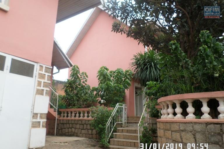 Villa à louer à Ambatobe au bord de route et quartier calme