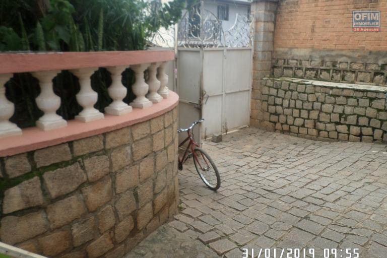 Villa à louer à Ambatobe au bord de route et quartier calme - Entré