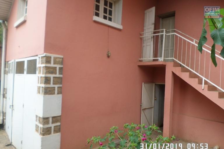 Villa à louer à Ambatobe au bord de route et quartier calme - dépendance gardien