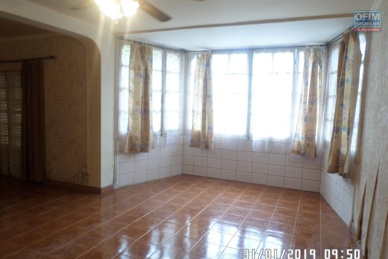 Villa à louer à Ambatobe au bord de route et quartier calme - living