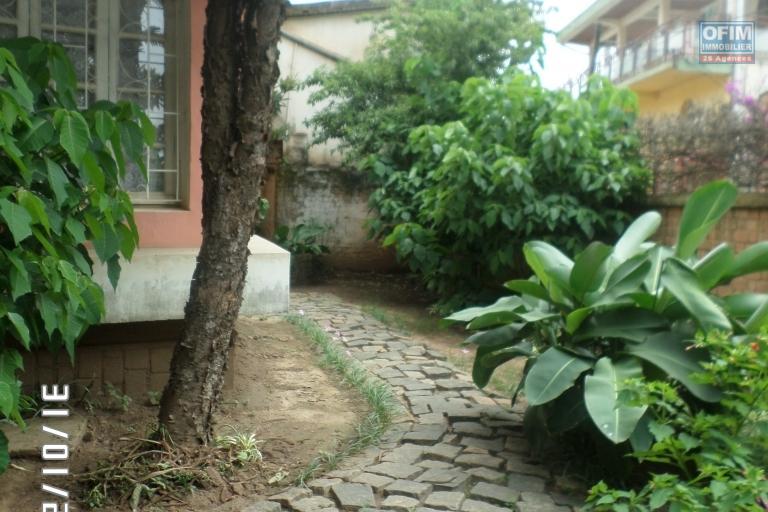 Villa à louer à Ambatobe au bord de route et quartier calme - sur le coté de la maison