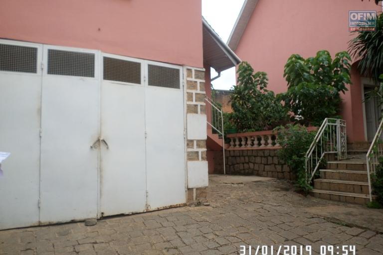 Villa à louer à Ambatobe au bord de route et quartier calme - garage