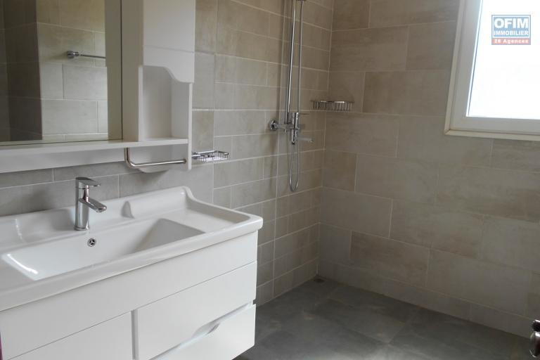 OFIM offre en location un appartement neuf T4 en duplex pres Mausolé Panorama - salle de bains