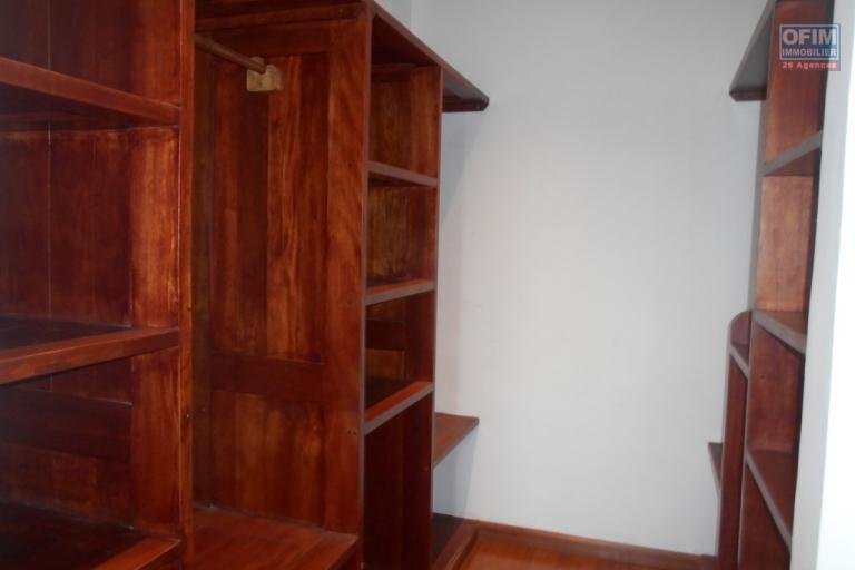 OFIM offre en location un appartement neuf T4 en duplex pres Mausolé Panorama - placard