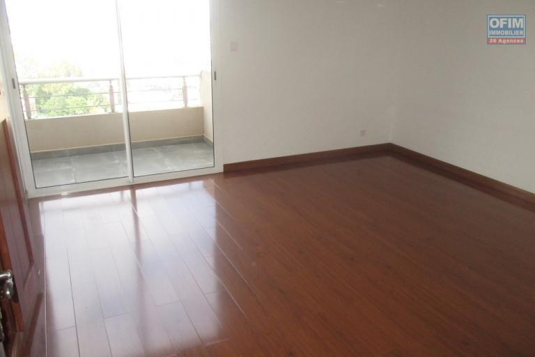 OFIM offre en location un appartement neuf T4 en duplex pres Mausolé Panorama - parquet