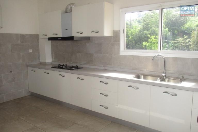 OFIM offre en location un appartement neuf T4 en duplex pres Mausolé Panorama - cuisine aménagée