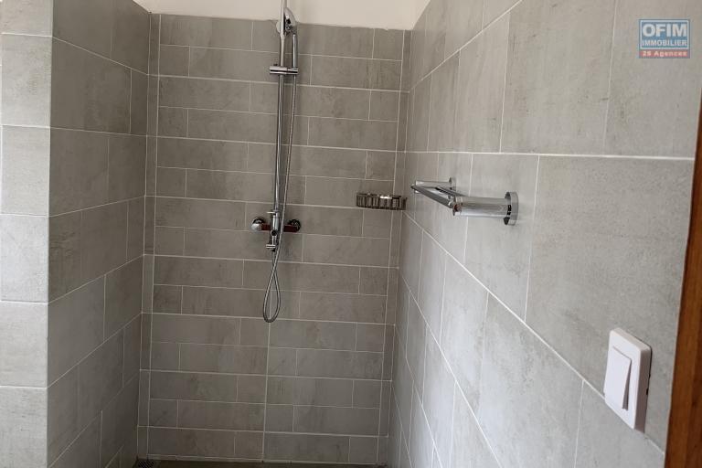 OFIM offre en location un appartement neuf T4 en duplex pres Mausolé Panorama - douche