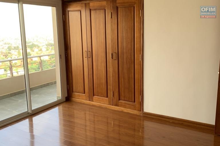 OFIM offre en location un appartement neuf T4 en duplex pres Mausolé Panorama - chambre placard
