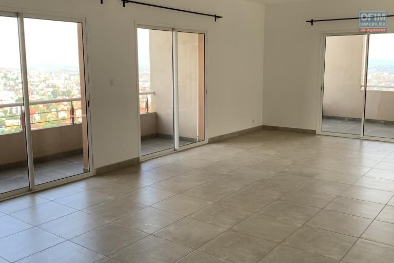 OFIM offre en location un appartement neuf T4 en duplex pres Mausolé Panorama - spacieux séjour