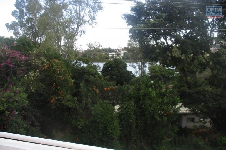 Sapacieuse villa F7 à Andohanimandroseza avec vue sur lac