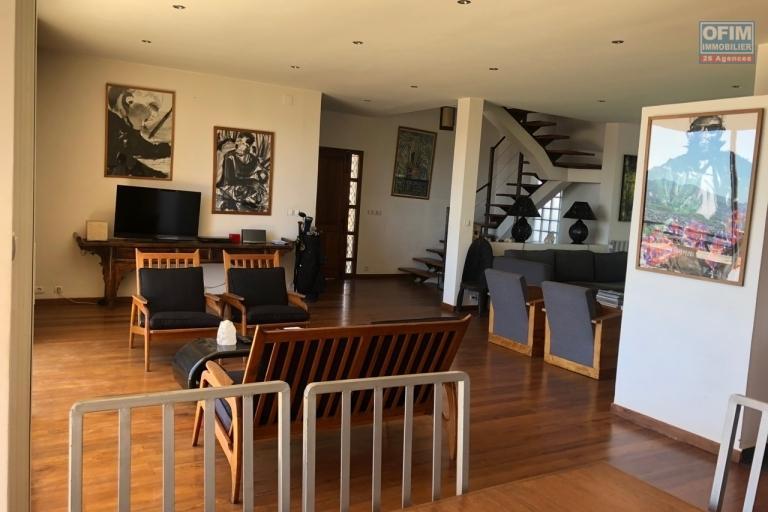 A vendre sur la Haute ville, villa  F5 de 300 m2  avec une belle vue et jardin