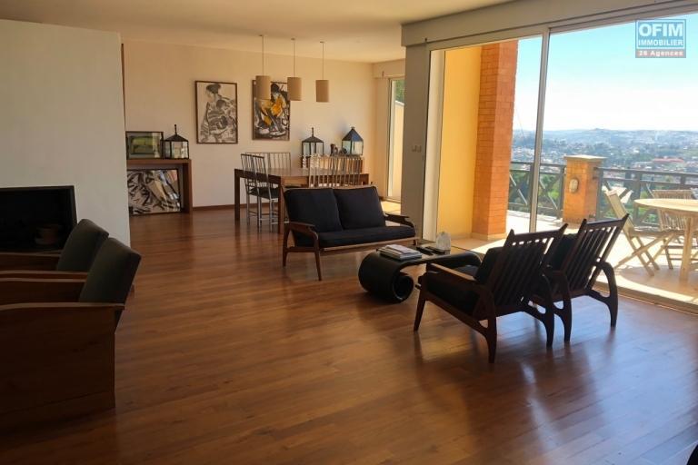 Magnifique villa à vendre sur la Haute ville F9 de 600 m2 avec une belle vue et jardin - salon