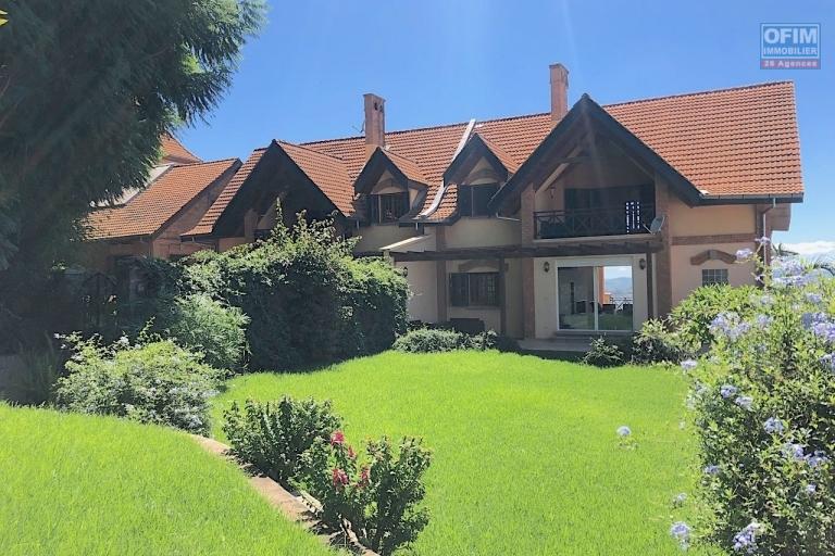 Magnifique villa à vendre sur la Haute ville F9 de 600 m2 avec une belle vue et jardin - jardin