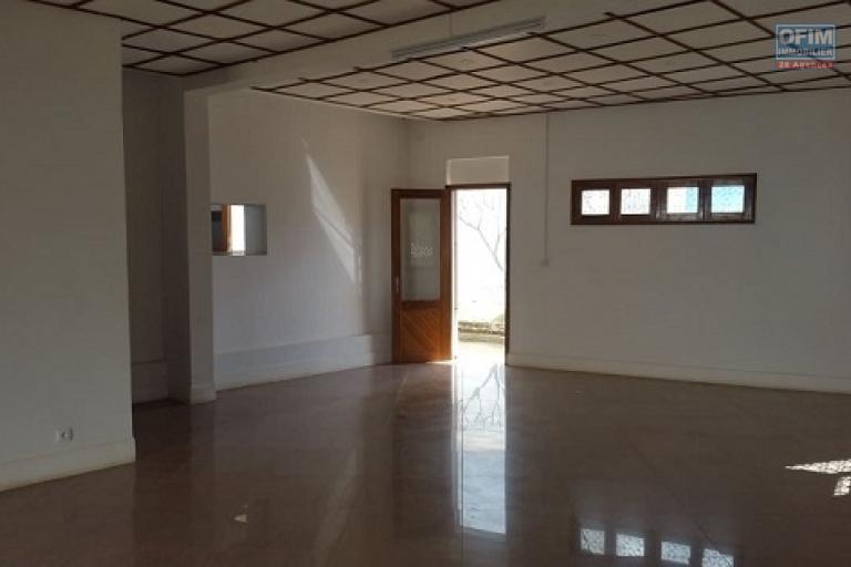A louer une grande villa de type F8 avec une petite maison de type F3 sis à Antanetibe Ivato à 5 mn de l'aéroport