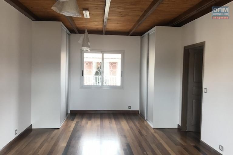A louer une belle villa à étage de type F5 dans une résidence à Tanjombato