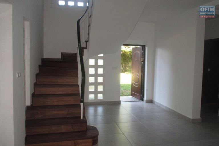 Villa F7 en duplexe dans un quartier résidentiel à Analamahitsy