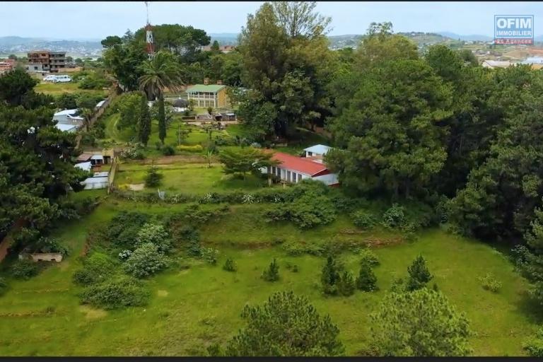 Idéal investisseur grande propriété de 15 000 m2 incluant déjà plusieurs bâtiments et une piscine entièrement clôturé