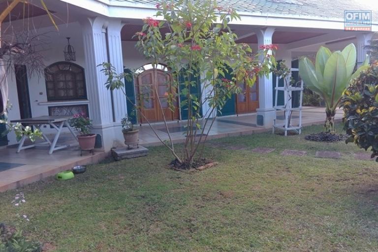 OFIM vous offre une villa basse divisée en deux appartements T4 indépendants et meublés dans une résidence sécurisée 24/24 - Façade