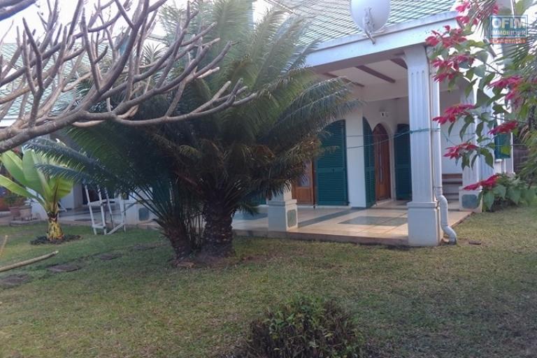 OFIM vous offre une villa basse divisée en deux appartements T4 indépendants et meublés dans une résidence sécurisée 24/24 - Avec un jardin arboré