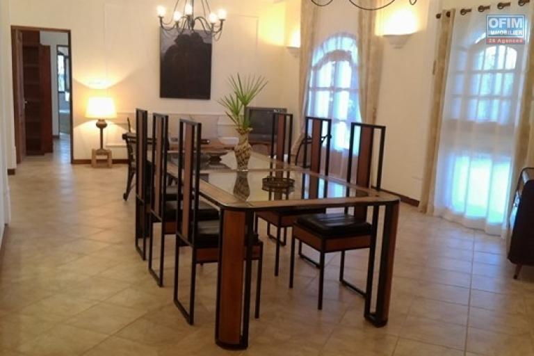 OFIM vous offre une villa basse divisée en deux appartements T4 indépendants et meublés dans une résidence sécurisée 24/24 - Coin salle à manger