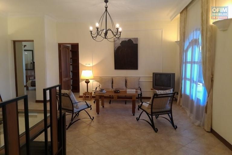 OFIM vous offre une villa basse divisée en deux appartements T4 indépendants et meublés dans une résidence sécurisée 24/24 - salon