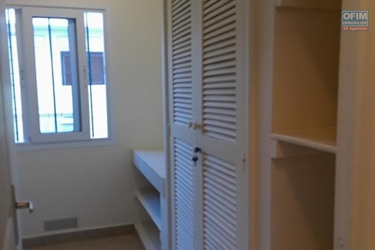 OFIM met en location un appartement T3 meublé dans une résidence sécurisée 24/24 - Buanderie avec placard