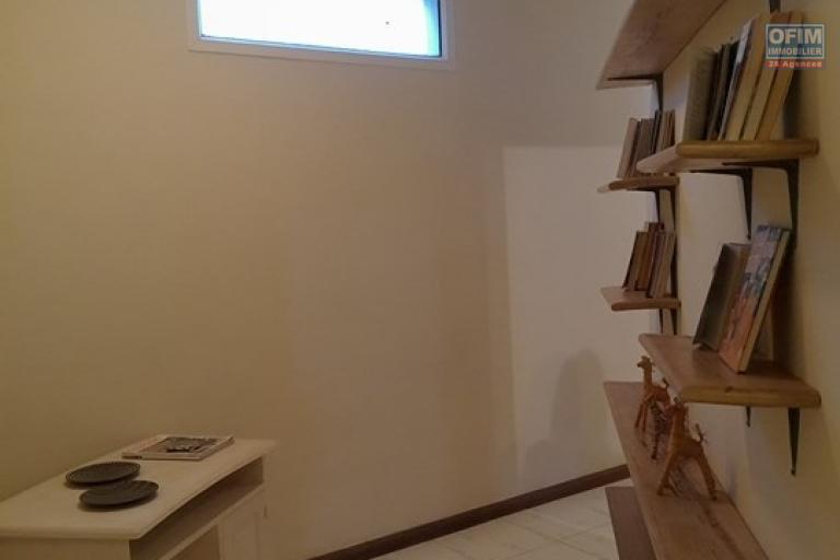 OFIM met en location un appartement T3 meublé dans une résidence sécurisée 24/24 - coin bibliothèque