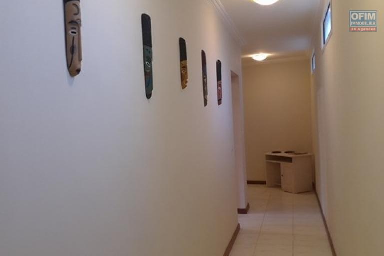 OFIM met en location un appartement T3 meublé dans une résidence sécurisée 24/24 - couloir vers les deux chambres