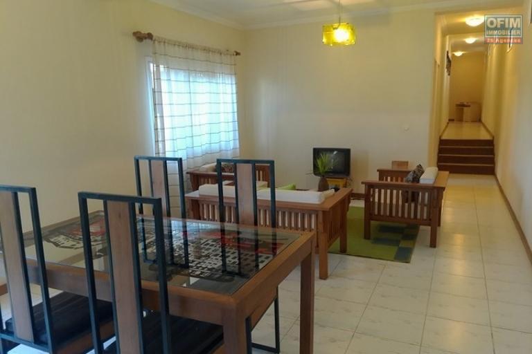 OFIM met en location un appartement T3 meublé dans une résidence sécurisée 24/24 - salon